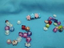 Manik-manik bintang ditempel di potongan kecil badan botol plastik.