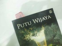 Nandain dua halaman sekaligus. Sekalian promosi buku favorit: Klop, Putu Wijaya.